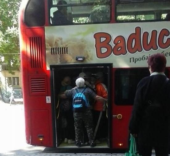 "ФОТО: Пензионери се ""испотепаа"" на автобуската кај Зелено ..."