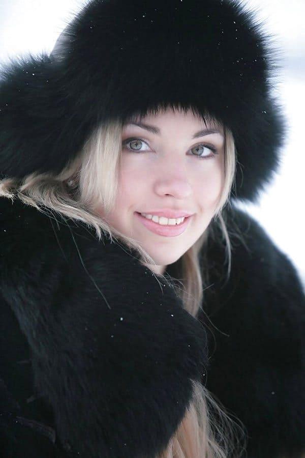 Русская красна девица гуляет зимой по деревне в шубе на ...