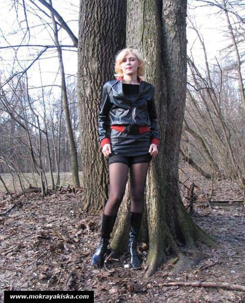 Блондинка писает в лесу (11 фото) - порно сайт Мокрая Киска