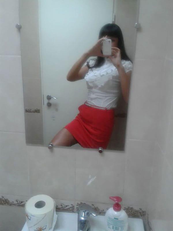Любительница делать селфи киски в туалете (13 фото ...