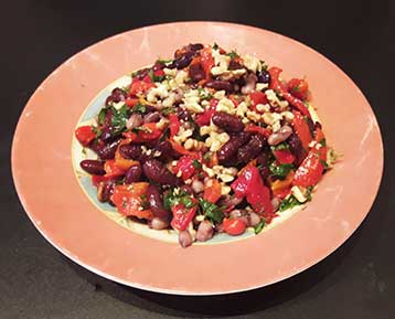 салат с фасолью, орехами и болгарским красным перцем