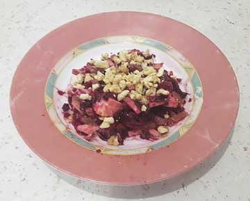 салат со свеклой, авокадо и орехами