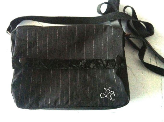 Un sac noir en cuir et tissu