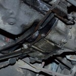 Crne masne mrlje ispod automobila