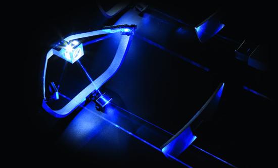 Laserski snop se propušta kroz sloj fosfora kako bi se dobilo belo svetlo i kroz sistem ogledala da bi se dobio raspršeni snop