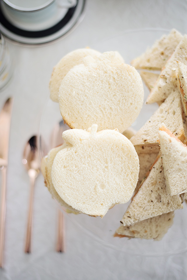 here's how you can get perfect apple cut outs for your apple and brie sandwiches - M Loves M
