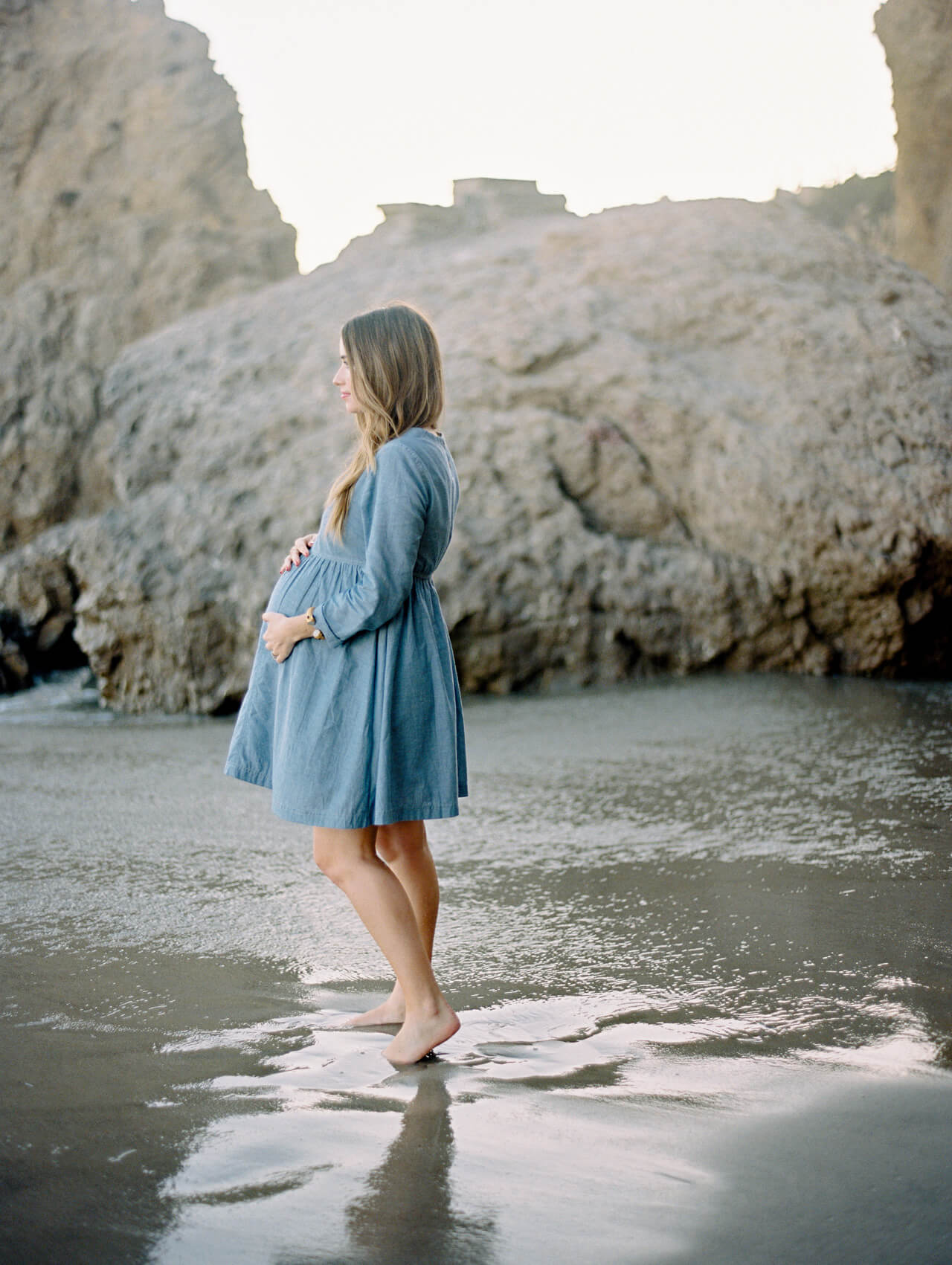 maternity shoot in chambray dress