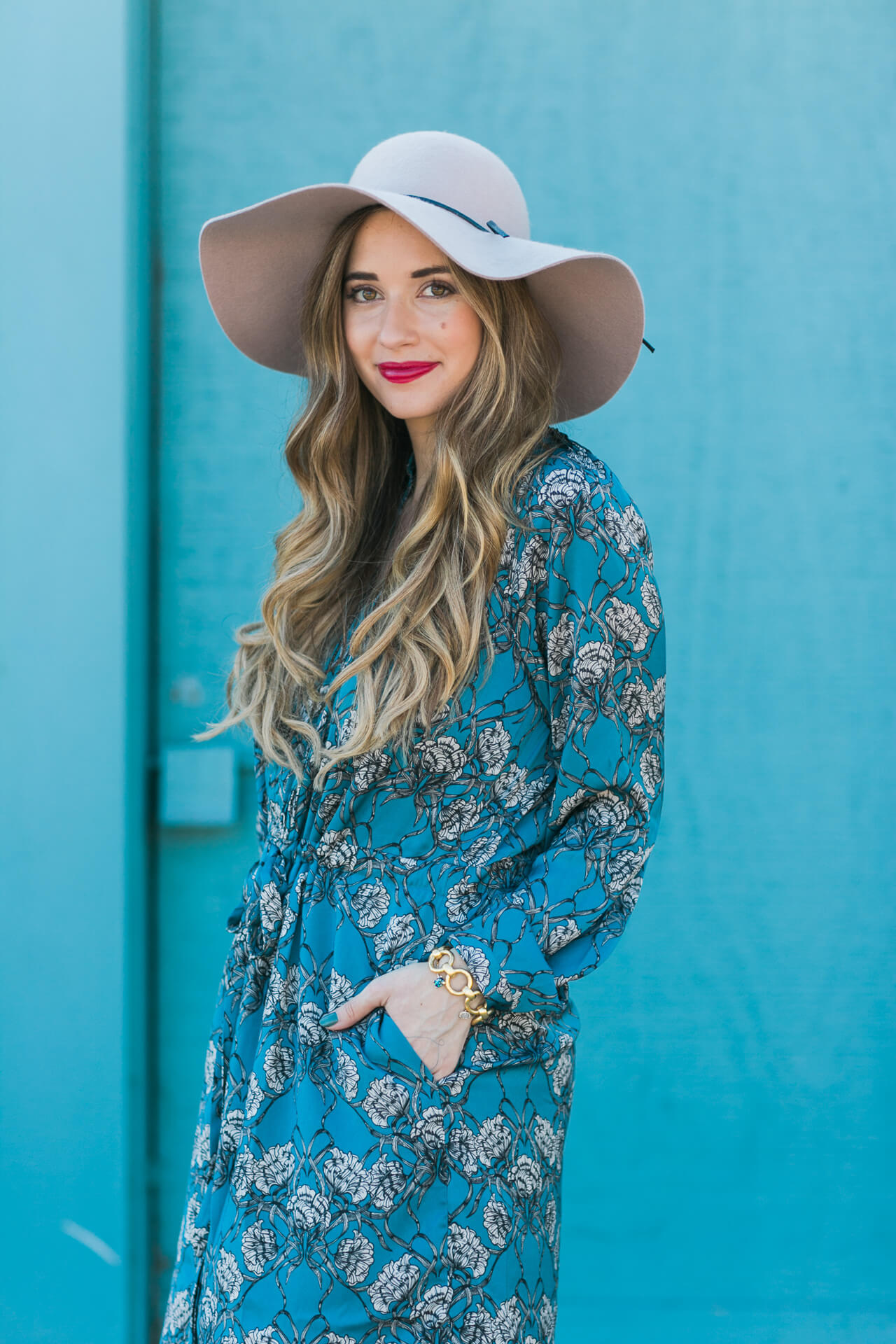 styling a printed shirtdress and hat for fall