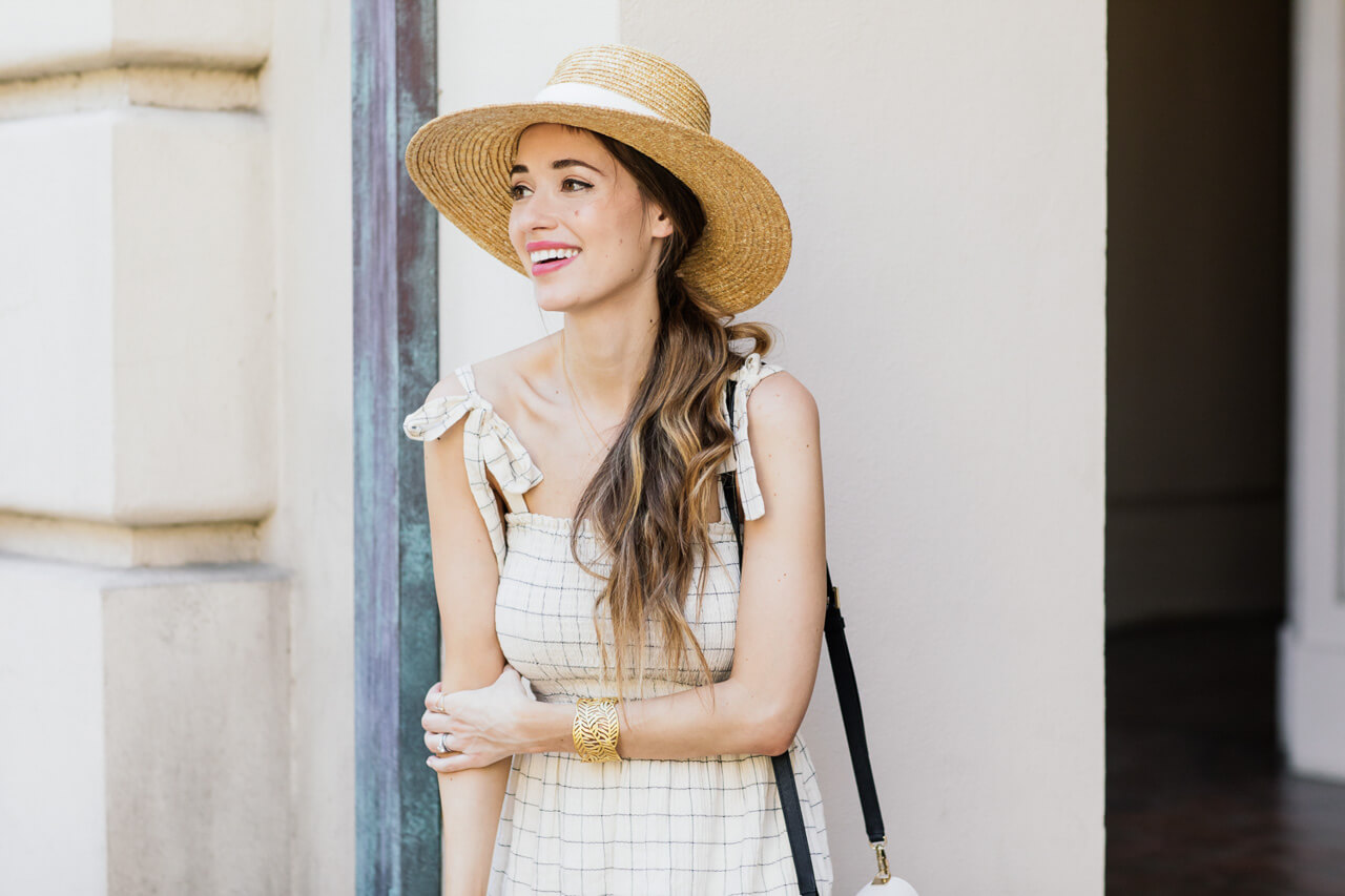 Love this stylish straw hat and tie sleeves dress