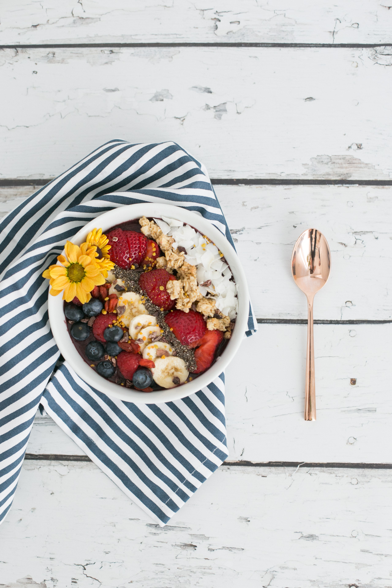 a DIY styled acai bowl now up on MLovesM.com
