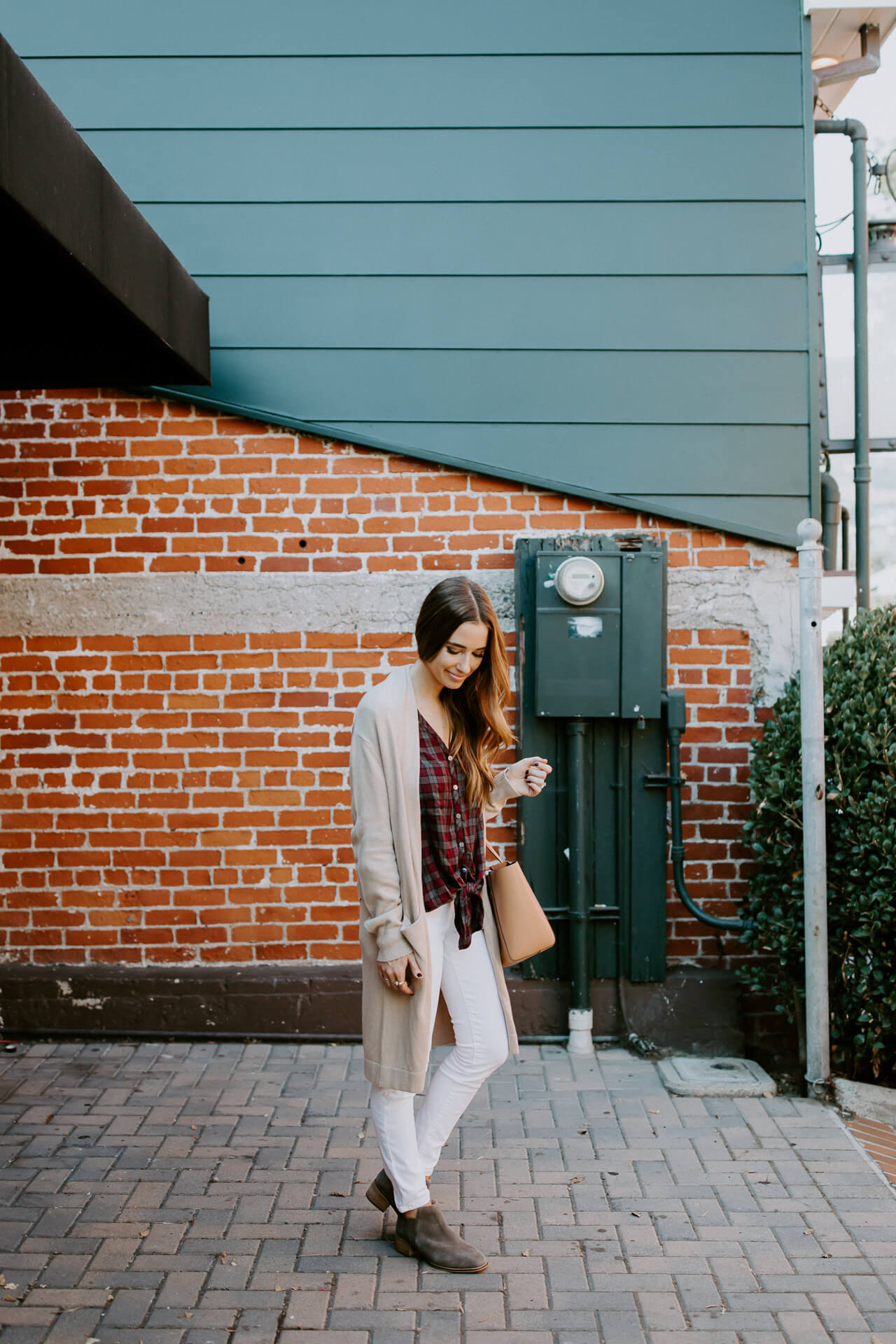 easy and stylish way to wear white jeans for fall