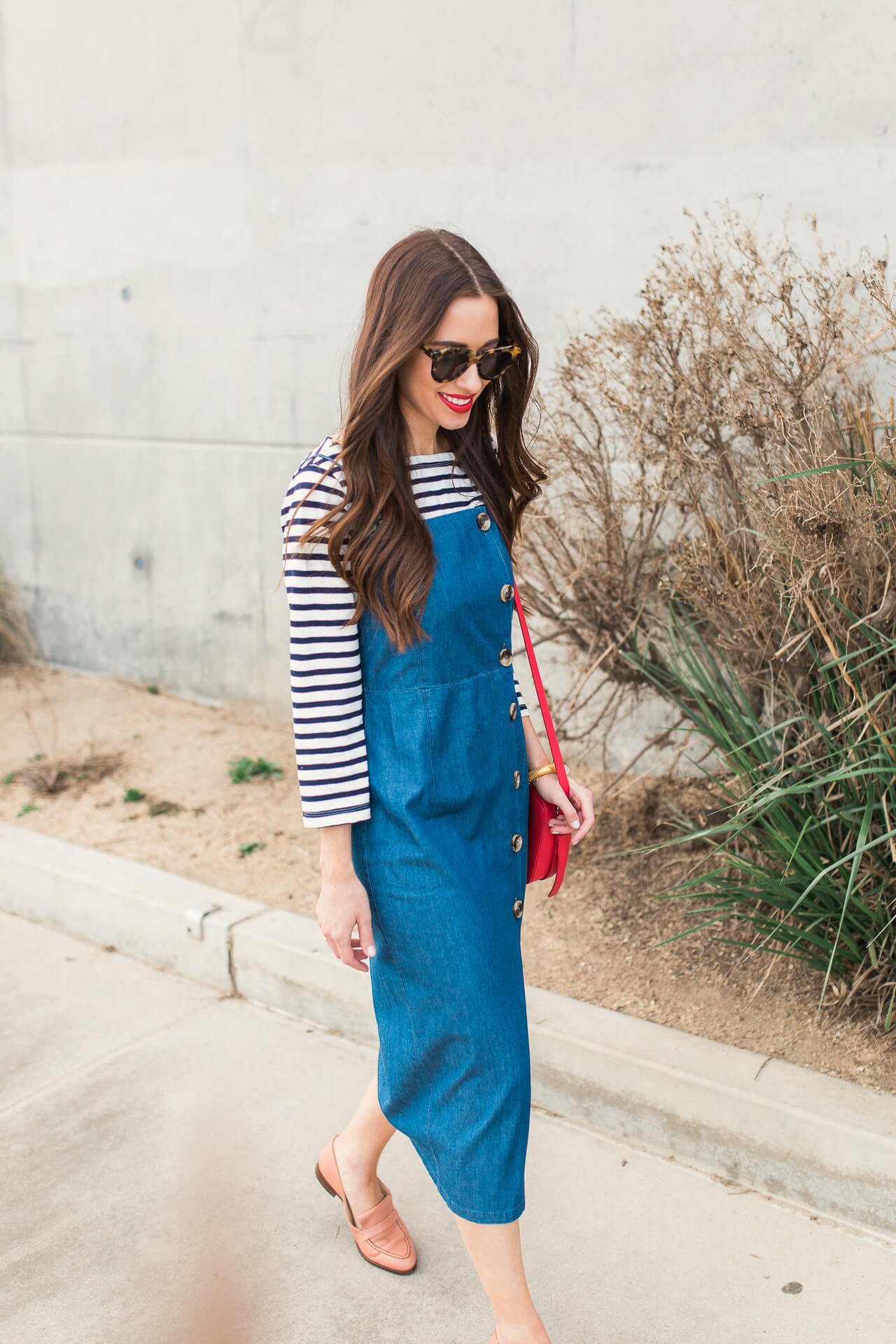 love this cute denim dress with the striped shirt and red bag