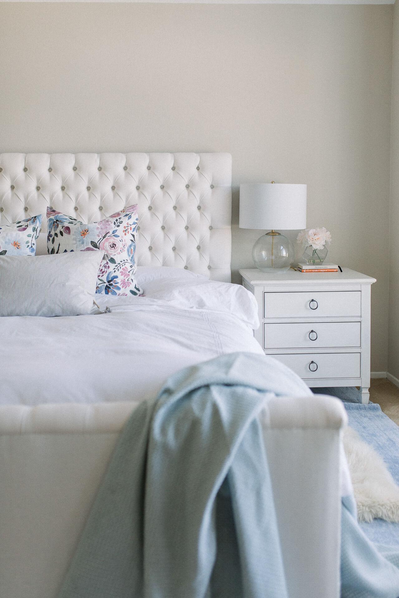 This pastel bedroom decor is too pretty! | M Loves M @marmar