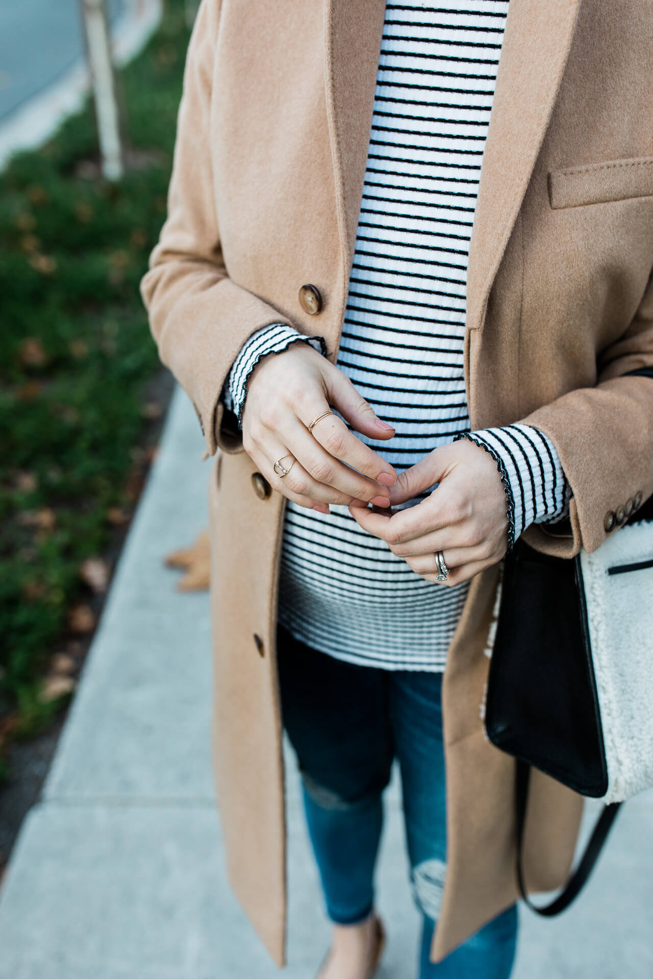 Love this neutral maternity outfit! - M Loves M @marmar