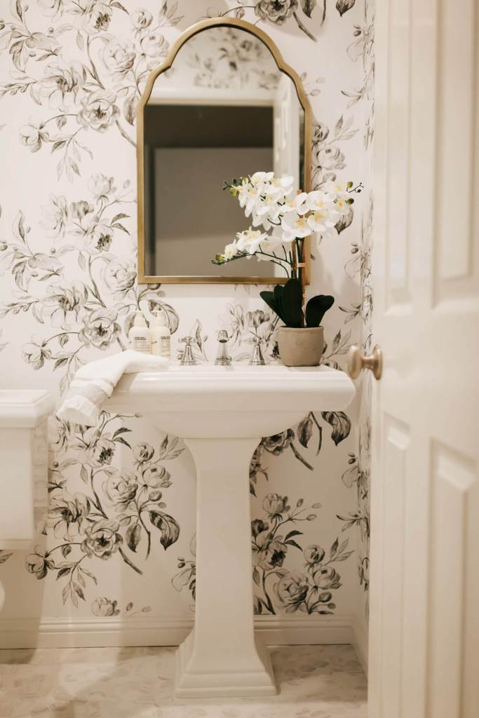 Love the floral wallpaper in this bathroom design! - M Loves M @marmar