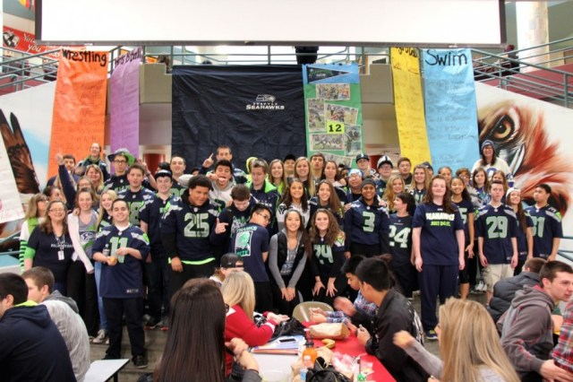 Mountlake Terrace High School students show who they are rooting for in Sunday's Super Bowl. (Photo by Jack Fiollo)
