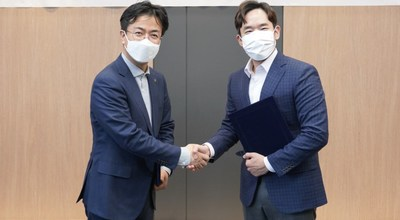 Dae-gyu Yoon (left), Managing Director of Hyundai Robotics, and Andre Yoon (right), co-CEO of MakinaRocks, signed a memorandum of understanding (MOU) to advance AI-based industrial robot arm anomaly detection.