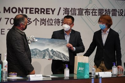 Exchange Gifts, the Picture Shows the Landmark Mountain of Monterrey, Presented by the Governor of Nuevo León