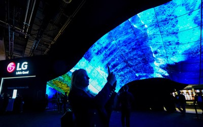 CES Spectators Mesmerized Yet Again with LG's Spectacular OLED 'Wave' and 'Fountain' Exhibitions (CNW Group/LG Electronics Canada)