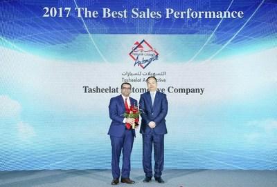 """'Yu Jun entrega el premio a las """"Mayores ventas de 2017"""" a un distribuidor de GAC Motor en el extranjero' (PRNewsfoto/GAC Motor)"""