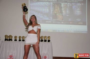 Jaqueline Marques, do MMA Super Heroes, exibe o troféu de cage girl do ano