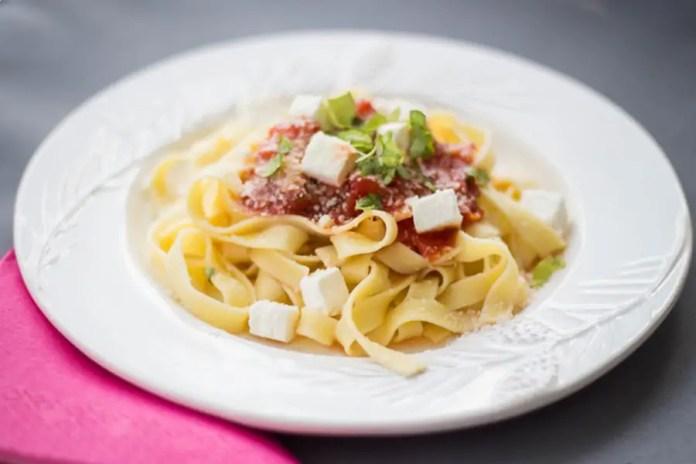 Makaron w sosie pomidorowym z serem feta