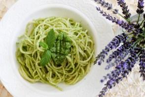 Spaghetti z pesto z mięty