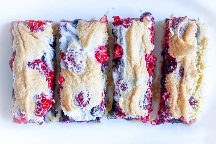 Kruche ciasto z malinami i borówkami