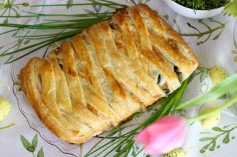 Warkocz z ciasta francuskiego z pieczarkami i szpinakiem