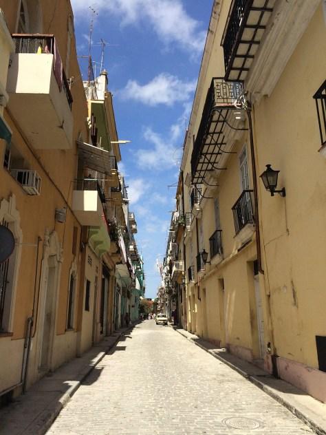 【キューバ】旧市街の黄色い壁の街並み