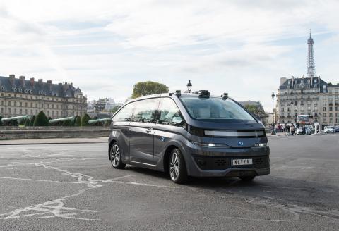 Le NAVYA AUTONOM CAB dans les rues de Paris.