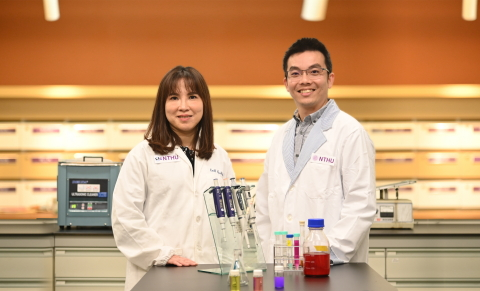 Dr. Yunching Chen (left) and Tsai-Te Lu of NTHU have recently developed a new treatment for cancer. (Photo: National Tsing Hua University)