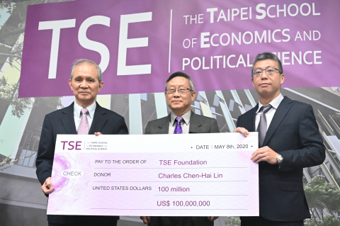 At the signing ceremony, from left to right: TSE Foundation chairman Huang Huang-hsiung, NTHU president Hocheng Hong, and Pau Jar Group vice chairman Lin Chia-hung. (Photo: National Tsing Hua University)