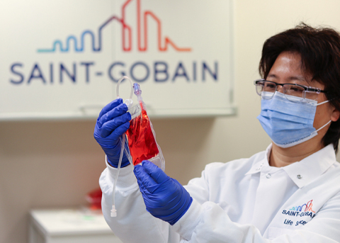 "VueLife® ""HP"" Series Bag cell culture testing in Saint-Gobain Life Sciences Laboratory. (Photo: Business Wire)"