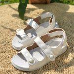 Papete Feminina Branca com Detalhes em Matelassê e Fechamento de Velcon Coleção de Calçados Femininos Primavera Verão Loja Online Mm Store Shoes (4)