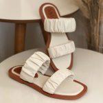 Rasteira Feminina Off White com Detalhes sanfonado conforty Coleção Primavera Verão Moda e Tendência em Calçados Femininos Loja Online MM Store Shoes (25)