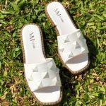 Sandália Rasteira Feminina Branca com Detalhes de Taxas de pirâmides conforto e Estilo Loja Online MM Store Shoes Rasteirinhas de verão (2)