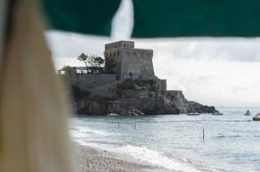 Festung am Strand in Erchie, Italien