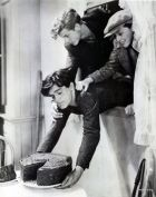 Frankie Darro, Edwin Phillips and Dorothy Coonan trying to steal a chocolate cake in Wild Boys of the Road (William Wellman, 1933).
