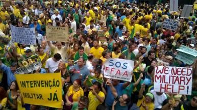 Manifestantes pedem por 'intervenção militar' em protesto de 15/03. A imagem foi retirada do Facebook dos próprios grupos de extrema direita: SOS Forças Armadas e Intervencionistas Independentes