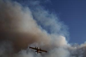 Wildfire-green-valley-2013-cl215-water-scooper-flies-through-smoke
