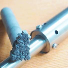 【典子食堂さま】典子食堂のマスコット女将ちゃんの焼き印が届きました。 温度が安定して使えるよう200Wハンダごての先に装着できるよう、裏面にφ16の丸棒を溶接してもらうカスタマイズをしました。<30×20×10mm/鉄/表面処理なし/プロトタイプ入稿> ▶︎https://www.facebook.com/norikoskitchenfp/