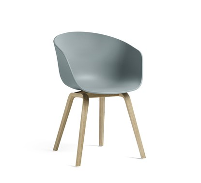 About a Chair AAC22 Dusty blue fra Hay -