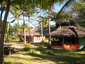 Panorama dos chalés para turistas na ecovila Itapeba