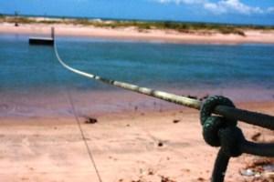 Balsa que ajuda na travessia do rio Itapeba para a praia