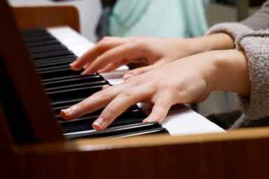 music-piano-hands