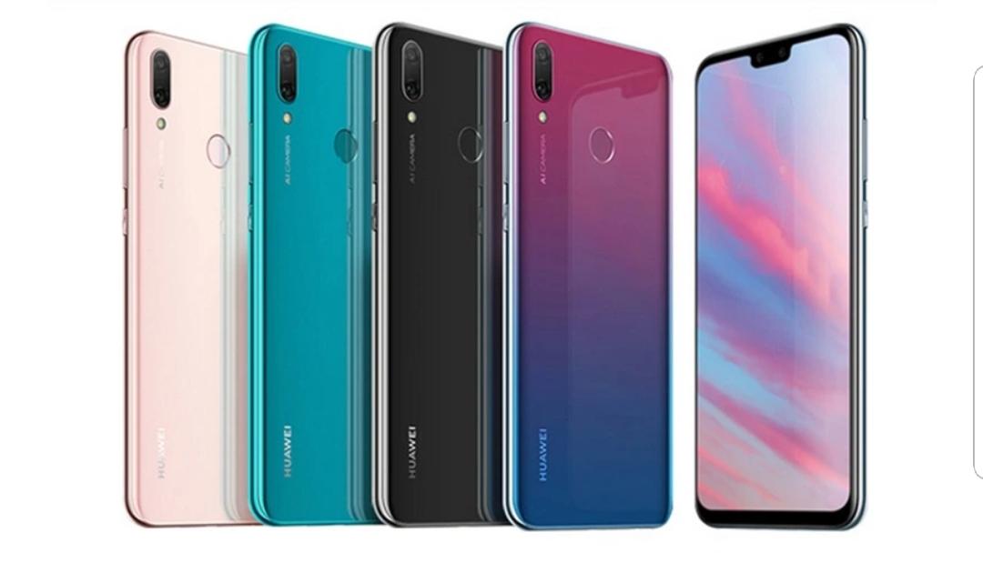 Pressbild på Huawei Enjoy 9 tillsammans med specifikationer