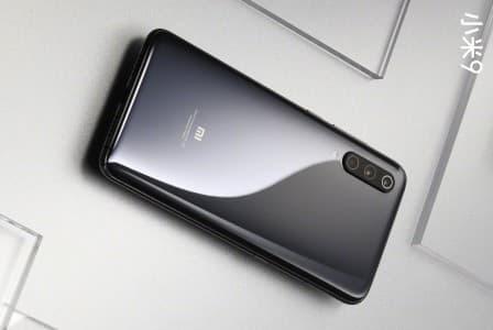 Xiaomi Mi 9 fastnar på bild i grått