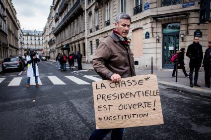 """Un manifestant participe à une journée d\'action des \""""gilets jaunes\"""" à Paris, le 12 janvier 2019."""