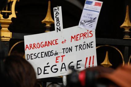 """Une pancarte dans la manifestation des \""""gilets jaunes\"""" à Paris, le 15 décembre 2018."""
